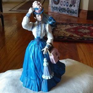 Gorgeous Victorian 1996 Avon detailed figurine